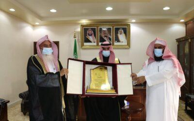 الجمعية تكرم المحافظ لرعايته حفل جائزة الفهد للعامين 11 – 12